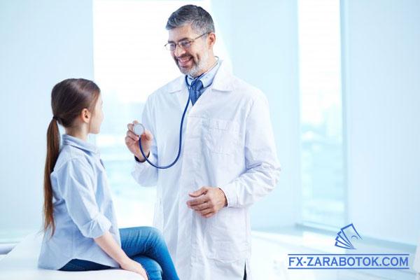 девочку обследует американский семейный врач