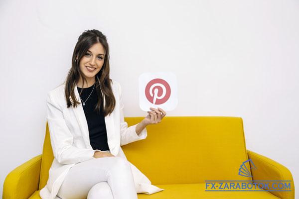 красивая девушка на диване держит табличку Пинтерест