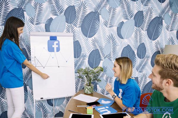 молодые люди анализируют Фейсбук