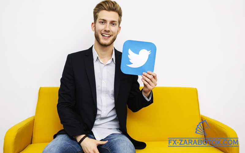 парень-держит-карточку-с-логотипом-Твиттер