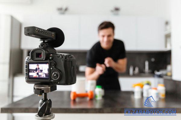 парень снимает видео для канала на Ютубе
