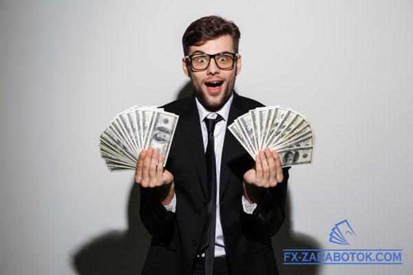 парень в очках с двумя веерами долларов