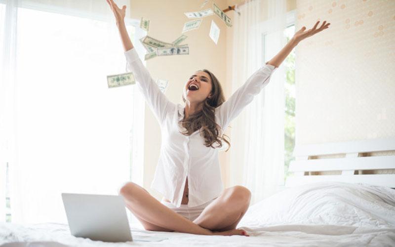 девушка-кидает-доллары-вверх