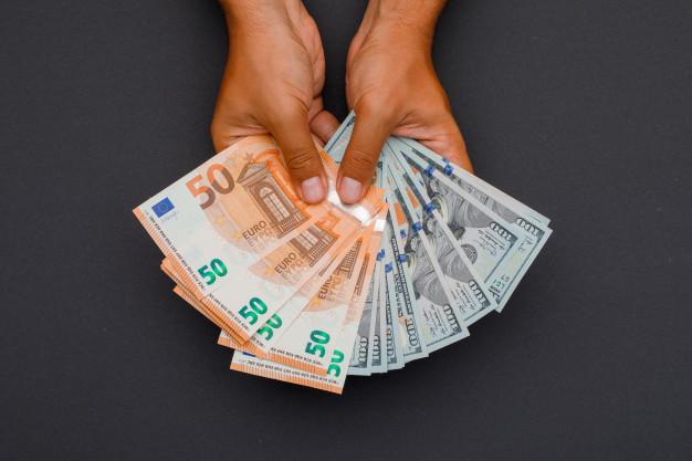 доллары и евро в руках